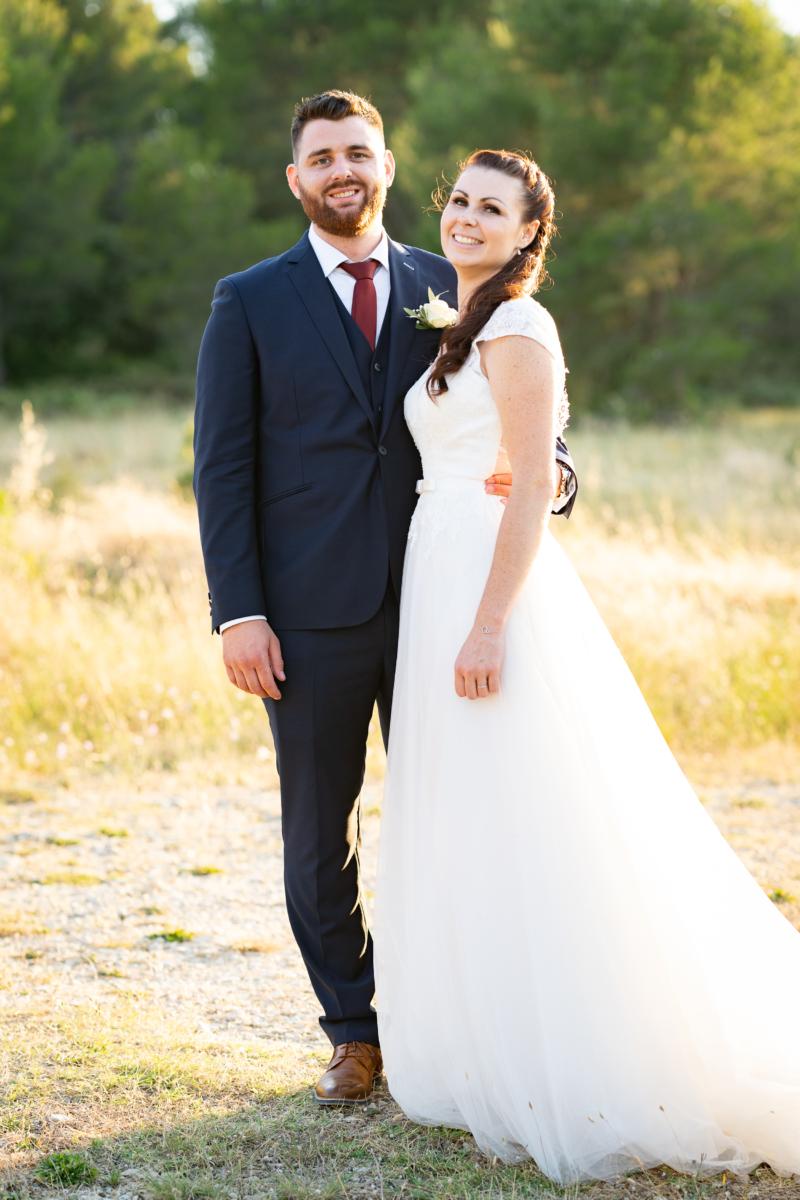 Photo de couple lors d'un mariage dans le Luberon à Pertuis en extérieur