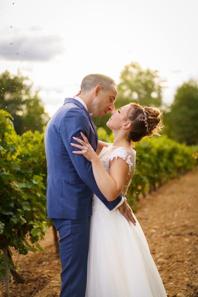 Photo couple dans la campagne d'Aix en Provence, au milieu des vignes