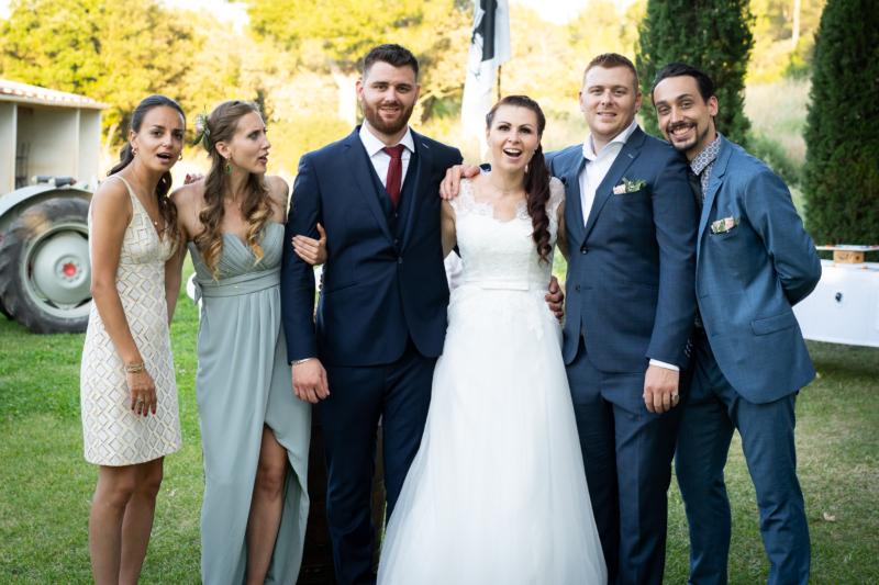 Photo de groupe lors d'un mariage en Provence dans le Luberon