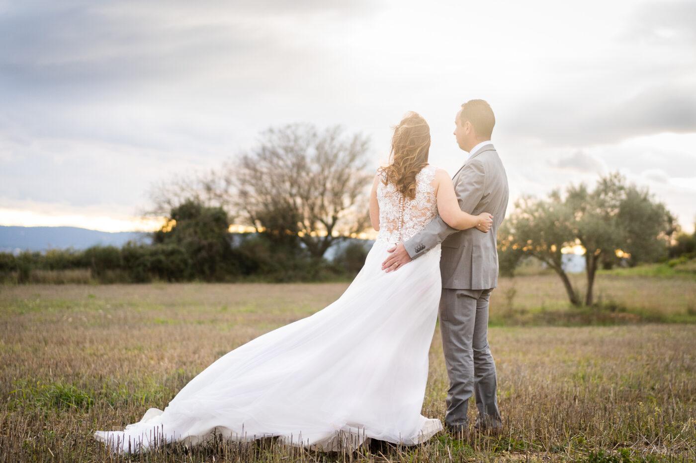 Couple de mariés regardant vers l'horizon en Provence par Vincent Bourouffala