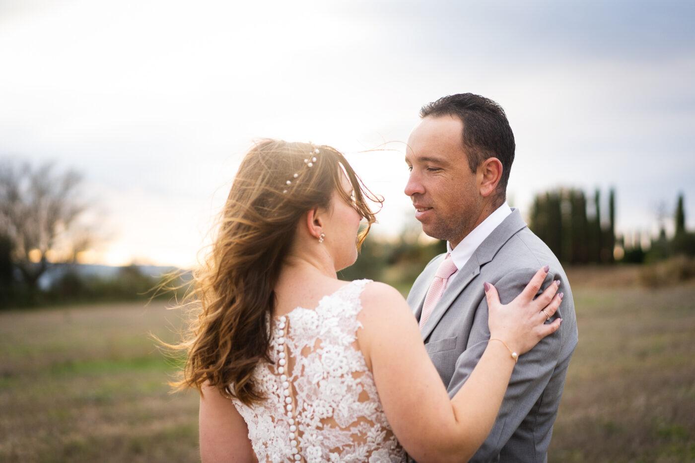 Mariés se regardant lors d'une séance photo couple mariage dans le vaucluse