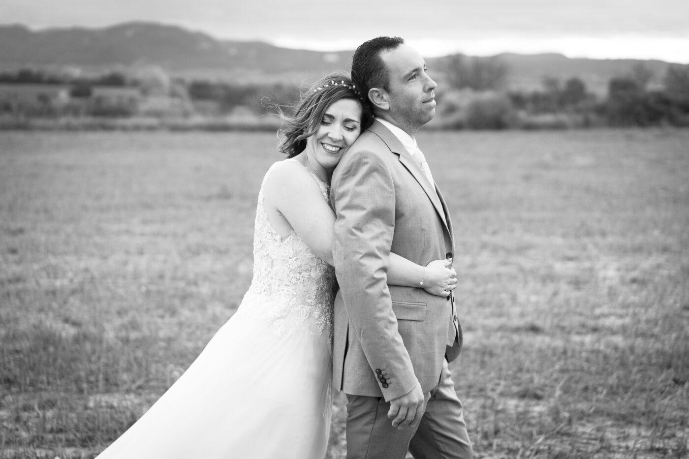 couple heureux lors de leur mariage à Pertuis