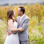 seance photo couple pendant un mariage dans le Vaucluse à Pertuis avec des vignes en arrière plan